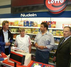 Christian Wulff (links) im Dorfladen Otersen