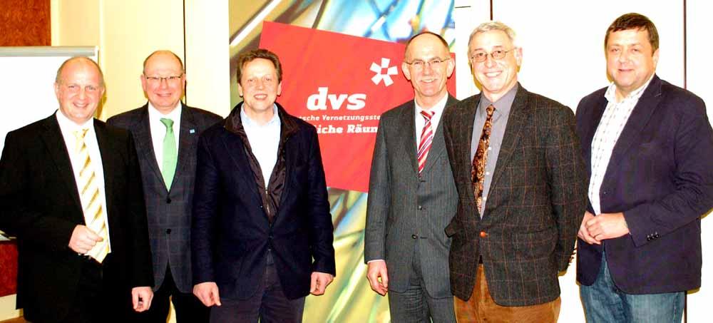 Am ersten Tag des 2-tägigen DVS-Workshops im niedersächsischen Verden trafen die Referenten Wolfgang Gröll (Starnberg), Matthias Fiedler vom ZdK in Hamburg, Klaus-Dieter Karweik vom Amt für Landentwicklung, Kirchlintelns Bürgermeister Wolfgang Rodewald (von links) und Günter Lühning (rechts) mit dem Wirtschafts- und Kommunalberater Dr. Manfred Steinröx aus Hamburg (2.v.r.) zusammen.