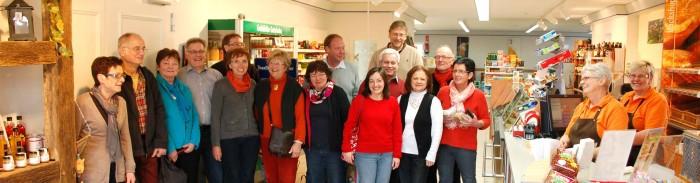 03_Dorfladen-Mitarbeiterinnen Silke Brandt und Brigitte Thom (v.r.) begrüssten 15 Gäste aus Dedinghausen in Westfalen_web
