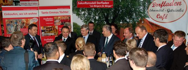 Minister Bürgermeister EU-Kommissar DBV-Präsident auf Dorfladen-Stand_600