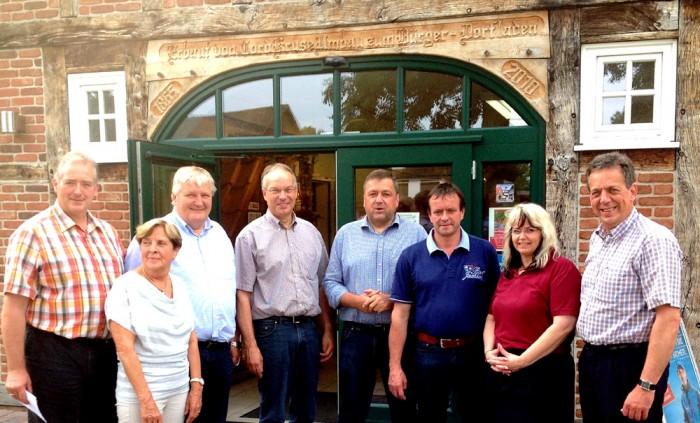 Fünf Mitglieder des Niedersächsischen Landtags besuchten am 21. Juli den Dorfladen im Bundes-Golddorf Otersen und informierten sich am Sitz des Dorfladen-Netzwerkes über die Bedeutung der Nahversorgung für die Lebensqualität der Menschen auf dem Lande.