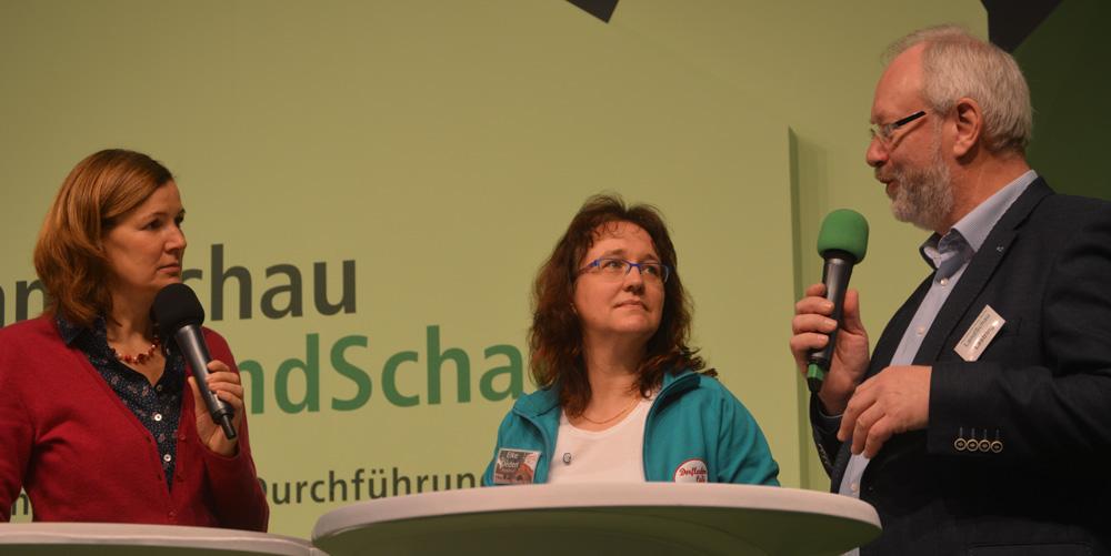 NDR-Fernsehmoderatorin Heike Götz moderierte auf der LandSchau-Bühne in Berlin die Gesprächsrunde mit Aufsichtsrätin Elke Deden (Otersen, Niedersachsen) und Aufsichtsrat Hermann Lastring (Welberen, NRW)