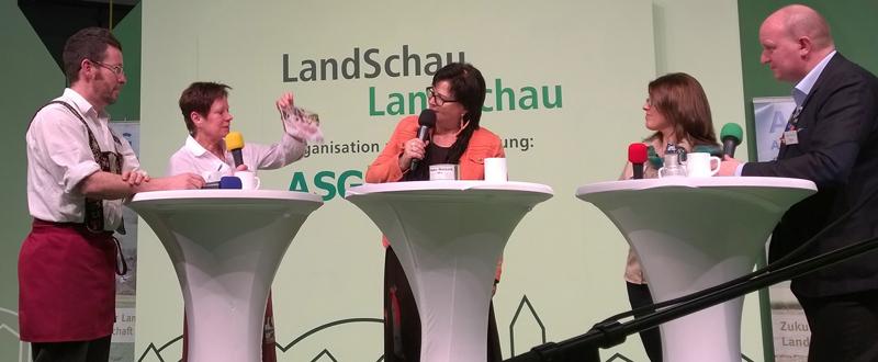 Dorfladen-Geschäftsführer Peter Böhmer (links) bei der Gesprächsrunde auf der LandSchau-Bühne