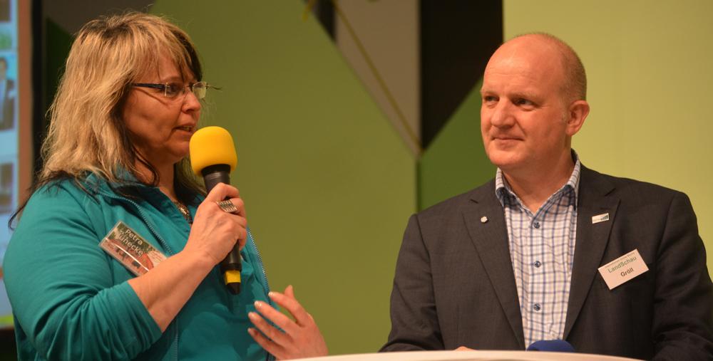 Dorfladen-Leiterin Petra Hünecke-Zarbock aus Otersen und Dorfladen-Berater Wolfgang Gröll aus Starnberg auf der LandSchau-Bühne