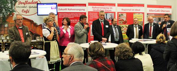 Dorfladen-Vorsitzender Günter Lühning (rechts) informierte die über 30 Bundestagsabgeordneten des Bundestagsfachausschuss Ernährung und Landwirtschaft