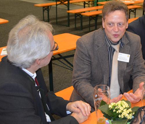 Bürgermeister Berthold Ziegler (Gemeinde Lauben, Oberallgäu) im Gespräch mit Klaus Karweik vom Niedersächsischen Ministerium für den ländlichen Raum