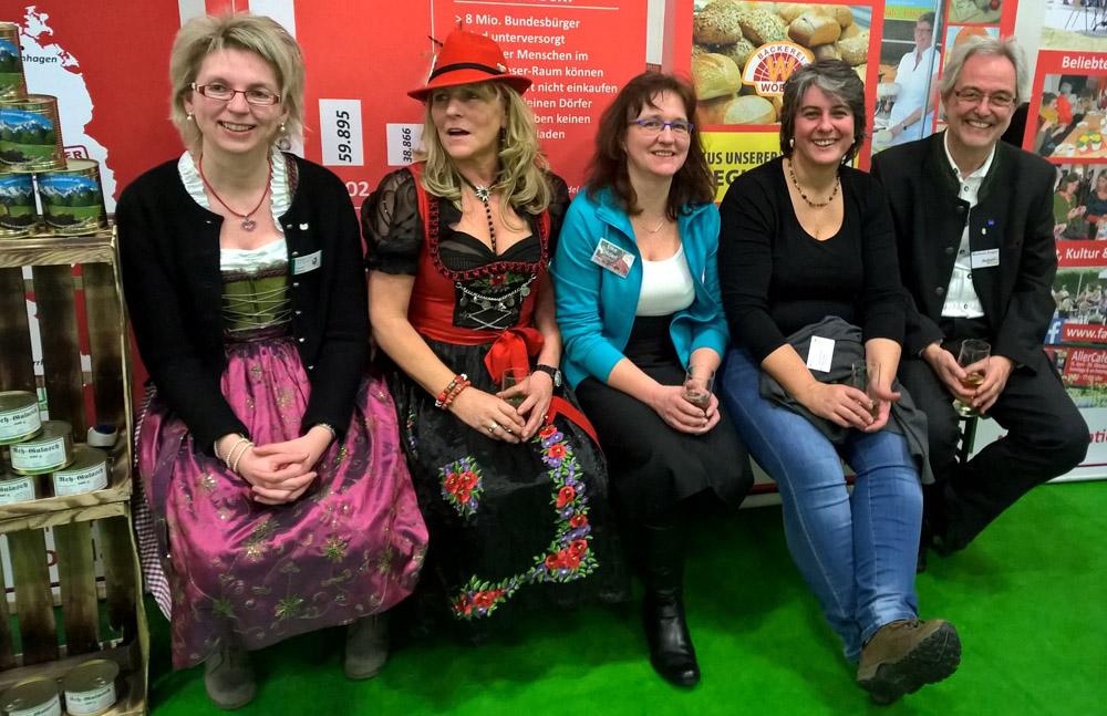 """Bürgermeister und 4 Damen auf der """"Dorfladen-Bank"""" in Berlin"""