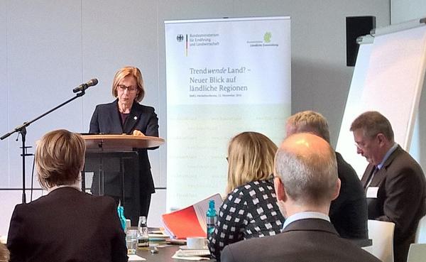 Finnlands Botschafterin Riiva Koukku-Ronde bei ihrem Vortrag am 23.11.2016 in Berlin. Foto: G. Lühning