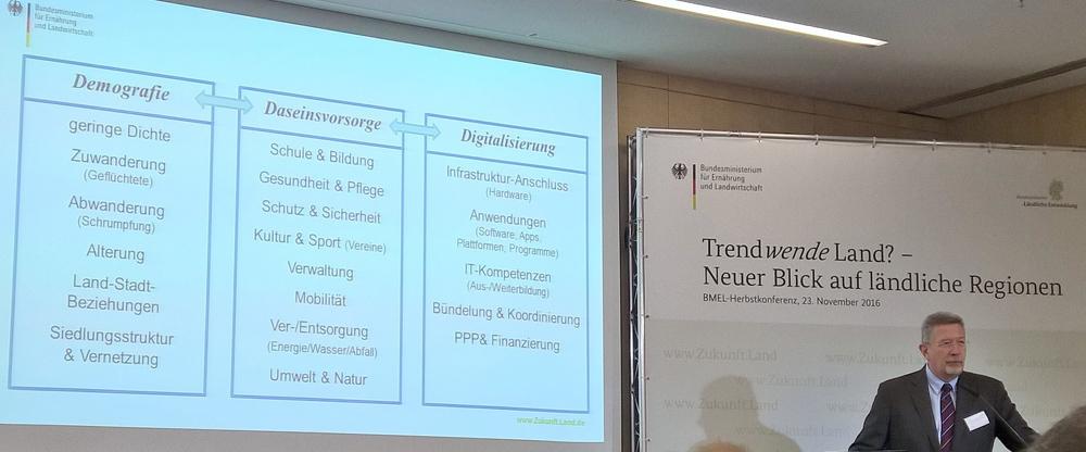 Heino von Meyer, Leiter OECD Berlin Centre fasste zum Abschluss der Herbstkonferenz in Berlin die Ergebnisse des Forums I zusammen. Foto: G. Lühning